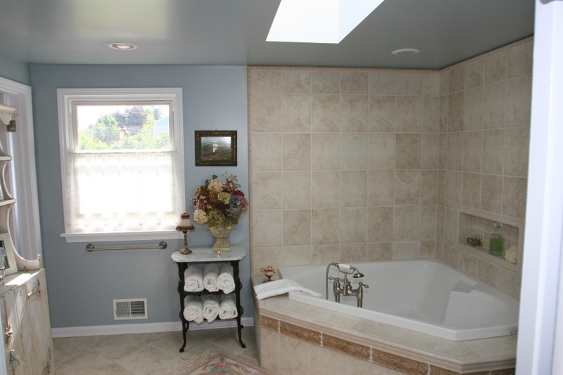 Corner tub with tile